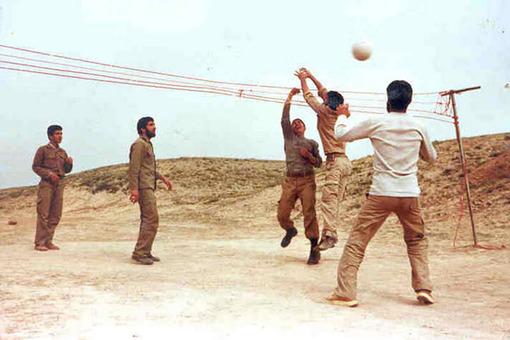 فقط یک توپ کافی بود تا بهانه ورزش هم جور شود. حتی با سیم هایی که حکم تور والیبال پیدا می کردند.
