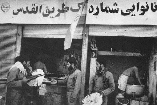 نانوایی صلواتی، با شاطرهایی که تنور داغ نانوایی شهرشان را رها کرده بودند تا نان تازه و داغ به همرزمانشان بدهند.