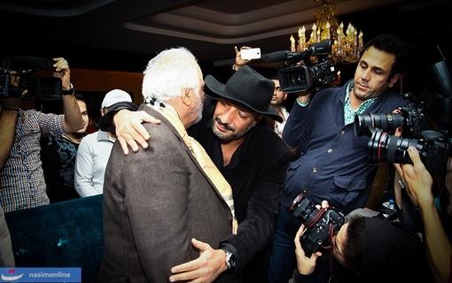 امیر جعفری در حال آغوش کشیدن ناصر ملک مطیعی