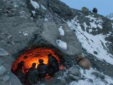 چوپانان قرقیزی در راه پاکستان از کوهستانهای افغانستان عبور می کنند.آنها که برای تبادل پایا پای محصولات لبنی و پشمی با سایر لوازم به این سفر پنج روزه دست زنده اند برای استراحت و گرم شدن به غاری در دل یکی از کوهستانهای افغانستان پناه برده اند
