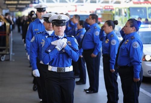 حمل پرچم ایالات متحده توسط گارد افتخار و ادای احترام به(خراردو هرناندز) افسر اداره امنیت حمل و نقل ترمینال که در تیراندازی چند روز پیش در فرودگاه بین المللی لس آنجلس کشته شد Brad Graverson / The Daily Breeze pool via Getty Images
