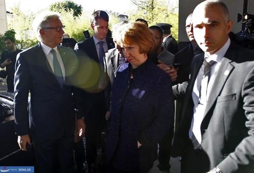 خروج کاترین اشتون مسؤول سیاست خارجی اتحادیه اروپا از محل اقامت هیات ایرانی در ژنو