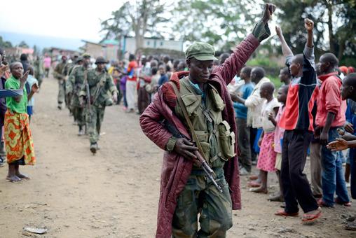 سرباز کنگویی با شادمانی وارد شهر بوناگانا در شرق کنگو می گردد که تا چندیی پیش در دست شبه نظامیان ام ۲۳ بود.گروه شورشیان ام ۲۳ هجده ماه پیش برای مقابله با دولت مرکزی کنگو تشکیل شده و اوگاندا و روآندا متهم به حمایت از آنها بودند.ارتش کنگو با حمایت سازمان ملل موفقیتهای خوبی در جنگ با شورشیان به دست آورده است. Joseph Kay/Associated Press