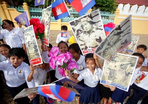 شصتمین سالگرد استقلال کامبوج در شهر پنوم پن جشن گرفته شد.در تصویر دانش آموزان این کشور جنوب شرقی آسیا با در دست داشتن پرچم هایی که تصویر رهبر فقید کامبوج(نوردام سیهانوک)روی آن چاپ شده بود، شادمانی خود را از رهایی این کشور پس از نود سال سلطه فرانسه به عکاس نشان می دهند. REUTERS/Samrang Pring