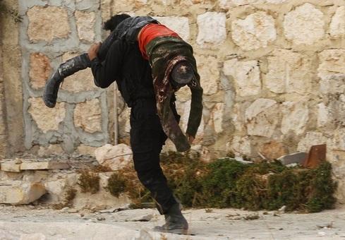 نیروهای ارتش سوریه ضربه سنگینی به شورشیان مستقر در شمال حلب در جریان درگیری فشرده روز جمعه وارد کردند و تلفاتی از آنان بر جای گذاشتند.  REUTERS/Molhem Barakat
