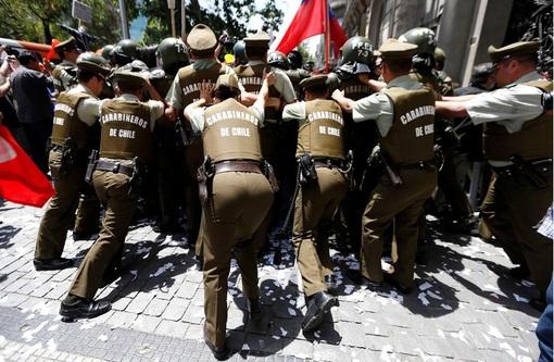 اعتصاب عمومی کارکنان شهرداری ها در پایتخت شیلی، باعث تجمع زباله در خیابان های سانتیاگو و بروز بحران زباله شده است. کارکنان شهرداری ها در این کشور، به حقوق و وضع معیشتی خود معترض هستند،پلیس درحال متفرق کردن معترضین میباشد و جلوی پیشروی آنها را مسدود کرده  REUTERS/Ivan Alvarado
