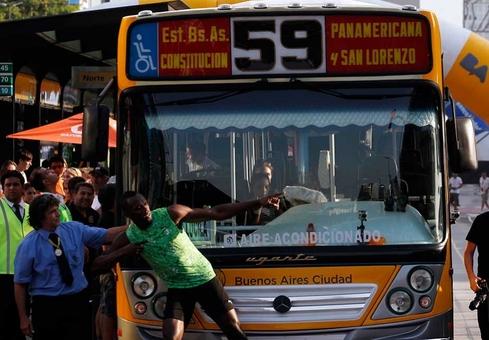 اوسین بولت قهرمان جامائیکایی دوی سرعت جهان در مسافت ۸۰ متر با غلبه بر سرعت یکدستگاه اتوبوس در یکی از خیابان های بوینوس آیرس پیروزی دیگری را برای خود رقم زد REUTERS/Marcos Brindicci