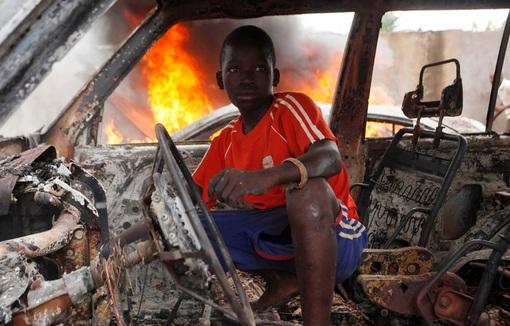 نوجوان مسیحی داخل خودروی سوخته شده در بانجی(جمهوری آفریقای مرکزی) REUTERS/Emmanuel Braun