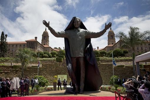 پرده برداری از مجسمه ۱۰ متری نلسون ماندلا در پرتوریا Matt Dunham / AP