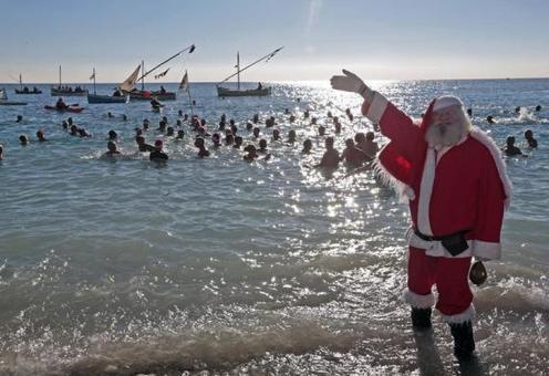 یک مرد با لباس پاپانوئل در ساحل نیس «جایی که حمامهای سنتی مخصوص کریسمس» در (فرانسه) ایستاده است. مردم فرانسه خود را برای ایام کریسمس آماده میکنند. REUTERS/Eric Gaillard
