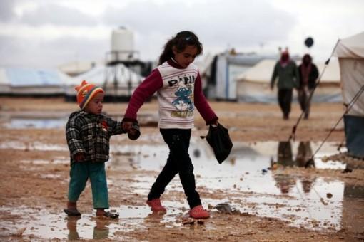 وضعیت آوارگان سوری در اردوگاه زعتری اردن. مردم جنگ زده سوریه در شرایط بسیار بد آب و هوایی و وضعیت بد بهداشتی زمستان را در این کمپ میگذرانند. Salah Malkawi - Anadolu Agency)