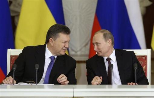 چشمک معنادار رئیس جمهور اوکراین ویکتور یانوکوویچ به پوتین در کاخ کرملین در جریان عقد قرارداد تجاری فی مابین دو کشور reuters