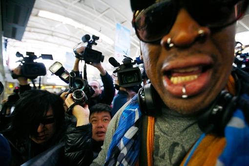 دنیس رادمن بازیکن غول آسای سابق مسابقات بسکتبال آمریکا، در محاصره خبرنگاران در فرودگاه پکن قبل از سفر به کره شمالی برای دیدار با رفیق شفیق خود (کیم جونگ اون) Reuters/Petar Kujundzic