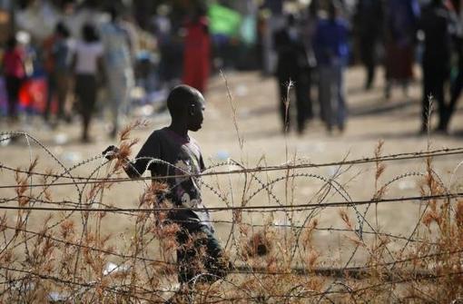 پسر آواره ای در کنار سیم خاردارها سودان جنوبی(جوبا) در محل حفاظت شده سازمان ملل REUTERS/Goran Tomasevic