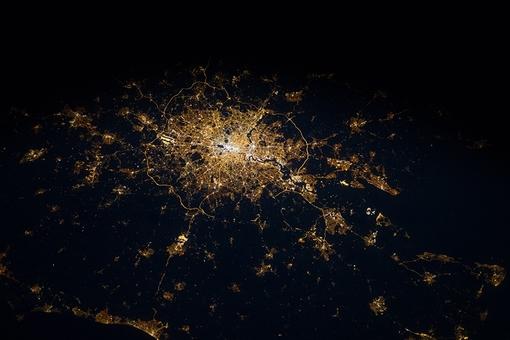 عکس ثبت شده از ایستگاه بین المللی فضایی از لندن در هنگام شب.توسعه یافتگی و دسترسی به امکانات در سراسر جزیره با انعکاس نور اماکن به فضا مشخص است ESA/NASA