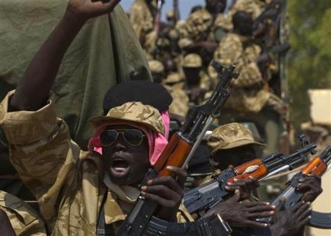 سرباز سودانی در خلال جنگ داخلی در حال سواری بر روی خودرو در جوبا REUTERS/STRINGER