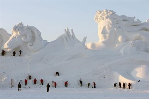 صدها نفر در چین با شرکت در جشنواره هاربین «ساخت سازههای یخ و برفی»، مجسمهای به طول ۲۶ متر و عرض بیش ۱۱۷ متر ساختند Wu Hong / EPA Wu Hong / EPA