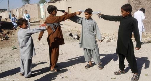 کودکان افغانی در جشن عید قربان با اسلحه های اسباب بازی تفریح می کنند PARWIZ/REUTERS