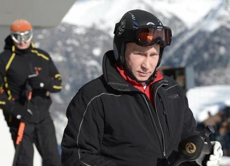 ولادمیر پوتین، هر از چند گاهی به اماکن اختصاص یافته به المپیک زمستانی سوچی سر زده و با سایر همراهان به ورزش می پردازد-REUTERS/Alexei Nikolskiy/RIA Novosti/Kremlin