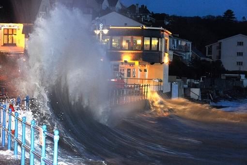ارتفاع امواج از سقف یک تفرجگاه در ساندرفوت نیز عبور کرد. آژانس محیط زیست بریتانیا اعلام کرده است که وقوع جزر و مد در غرب ولز می تواند تهدید محسوب شود- REUTERS/Rebecca Naden