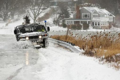 نخستین برف و بوران عظیم آمریکا در سال ۲۰۱۴ شمال شرق این کشور را فراگرفت. مقامات نیویورک و نیوجرسی با اعلام وضعیت فوقالعاده از ساکنان این دو ایالت خواستهاند تا خانههای خود را ترک نکنند-ANSA