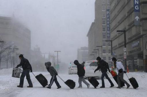 بارش سنگین برف و بوران موجب اختلال در پروازهای این کشور شده است. بیش از ۱۸۰۰ پرواز لغو شده و ۴۵۰۰ پرواز نیز با تاخیر صورت گرفته است. بیشتر این پروازها مربوط به شیکاگو و نیویورک است- REUTERS/Mike Segar