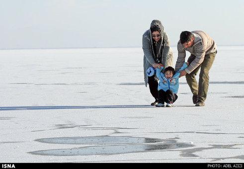 تفریح مردم در تالاب یخ زده میقان اراک