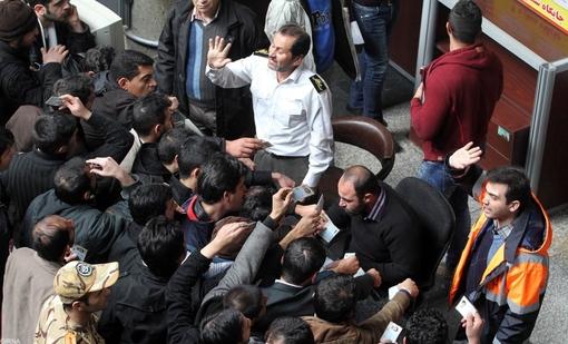 زائرانی که روزهای گذشته برای مراسم عزاداری دهه آخر صفر به مشهد سفر کرده بودند با وجود تمهیدات اندیشیده شده لازم، برای بازگشت به شهر خود با مشکلاتی روبرو شدند