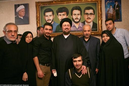 سیّد حسن خمینی در منزل شهیدان سپهری حضور یافت و با خانواده آنها از نزدیک دیدار نمود