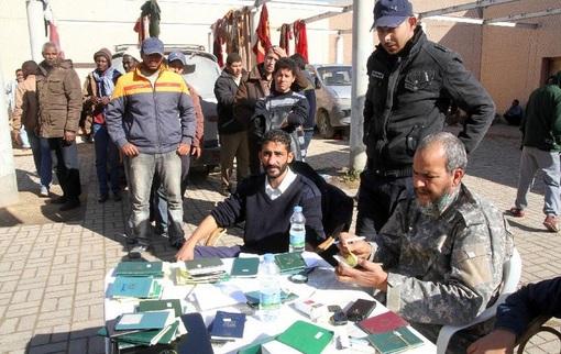 دستگیری چهار مهاجر در طرابلس توسط پلیس لیبی - نیروهای نظامی ایتالیا و لیبی تردد مهاجران را شدیداً کنترل می کنند.افزایش فزاینده مهاجرت از لیبی به ایتالیا و سایر شهرهای اروپا موجب شده اتحادیه اروپا تدابیر شدیدی در این خصوص اتخاذ نماید-xinhua