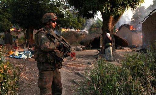 گشت سربازان فرانسوی و آفریقایی در روستایی واقع در جنوب آفریقای مرکزی برای حراست از زنان و کودکان در معرض خطر - در یکماه گذشته تنها هزار نفر در درگیری های این منطقه به قتل رسیده اند-REUTERS/Andreea Campeanu