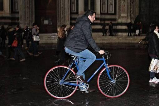ماتئو رنزی شهردار جوان شهر فلورانس سوار بر دوچرخه در شهر تردد می کند-ANSA