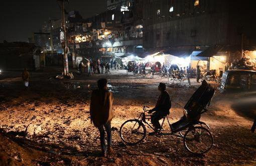 مخالفان بنگلادش اعتصاب سراسری ۴۸ ساعته خود را از روز (شنبه) و پیش از برگزاری انتخابات آغاز کردهاند. آنها همچنین ۲۴ مرکز رایگیری و چند مغازه را به آتش کشیدند.ISNA