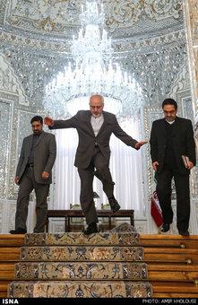 ظریف در حاشیه دیدار رییس کمیسیون سیاست خارجی سنای ایتالیا نزدیک بود با سر از پله ها فرود بیاید