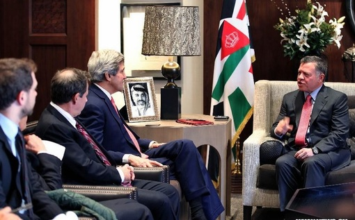 ملک عبدالله دوم پادشاه اردن در حال گفتگو با جان کری وزیر امور خارجه آمریکا در کاخ عمان-xinhua