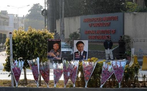 اینهم گلهایی برای پروزیز مشرف از سوی هوادارانش خارج از بیمارستان نظامی راولپندی که در آن بستری شده!-xinhua
