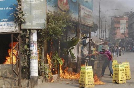 روز یکشنبه در حالی انتخابات عمومی بنگلادش آغاز شد که درگیری پلیس با مخالفان دولت ادامه داشت و منجر به کشته شدن حداقل۱۰ نفر گردید- REUTERS/STRINGER