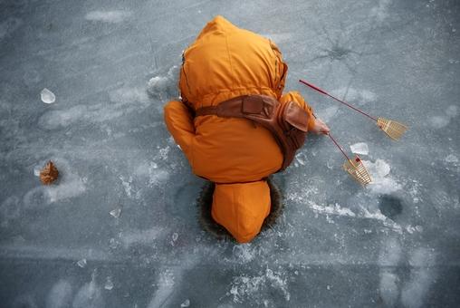 زنی از طریق ایجاد سوراخی در رودخانه ای یخ زده در پی صید ماهی است. این رودخانه در بیست کیلومتری جنوب منطقه غیرنظامی و محدوده جداکننده دو کره شمالی و جنوبی واقع است. جشنواره یخ که هر سال در کره جنوبی برپا می شود، یکی از بزرگترین و معروفترین جشنواره های این کشور است و انتظار می رود که امسال بیش از یک میلیون بازدید کننده داشته باشد-REUTERS/Kim Hong-Ji