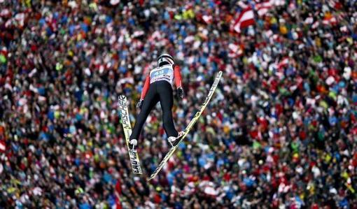 سیمون آمان در حال پرش از سکو در مسابقات اسکی-REUTERS/Dominic Ebenbichler