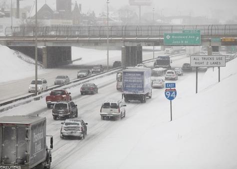 بفاصله کمی از بر روبی ، شن پاشی و نمک پاشی بزرگراه ها، دوباره باند بزرگراه مملو از برف شده