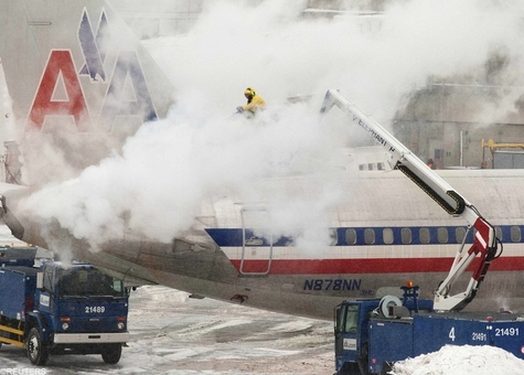 وضعیت فرودگاه بوستون و عملیات برف زدایی از هواپیمای متوقف در باند فرودگاه