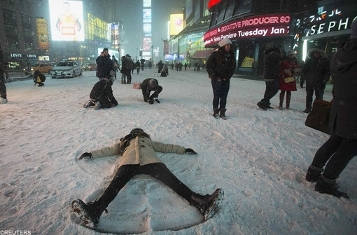 بازی و لذت از برف نشته بر روی زمین
