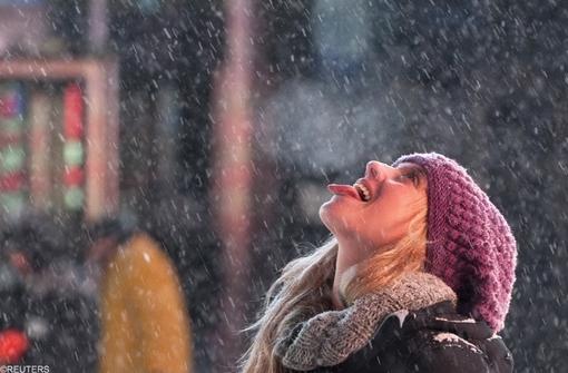 میدان تایمز نیویورک و لذت مردم از برف و مخصوصاً این عکس که به عنوان بهترین عکس روز رویترز لقب گرفت.در این عکس دختر جوان سعی می کند دانه برف را در حال فرود بر زبانش بنشاند.