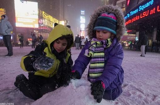 کودکان از لذت برف بازی و ساخت آدم برفی بی بهره نبودند