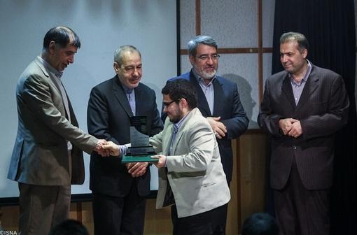 تقدیر از پژوهشگران برتر در همایش نقش پژوهش در قانونگذاری توسط باهنر نایب رئیس مجلس شورای اسلامی
