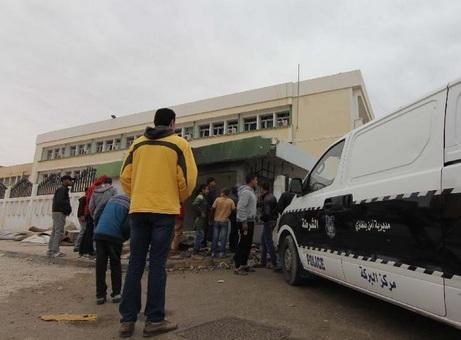 مردم در محل انفجار در شهر بنغازی(لیبی) که منجر به کشته شدن یک پلیس شدxinhua