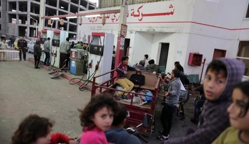 کمبود سوخت در شهر غزه موجب شده مردم در کنار پمپ بنزین ها صفهای طولانی ببندندxinhua