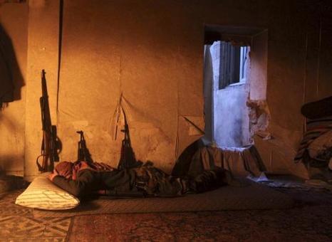 تروریست متعلق به گروهک ارتش آزاد سوریه در حال استراحت reuters