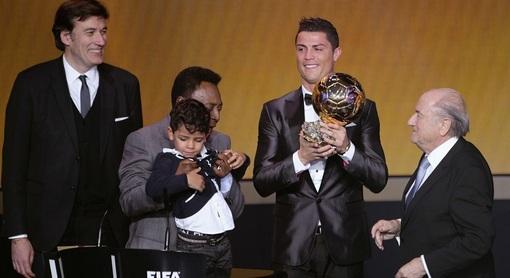 دوشنبه شب رونالدو در زوریخ به عنوان مرد برتر فوتبال جهان در سال گذشته میلادی (۲۰۱۳) انتخاب شد/AP