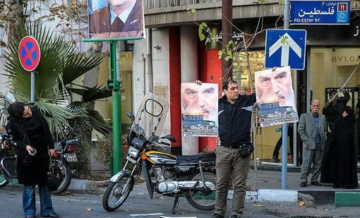 جمعی از دانشجویان دانشگاههای تهران به دنبال شادی و شعف مردم فلسطین در پی مرگ آریل شارون، قصاب صبرا و شتیلا اقدام به توزیع و پخش شیرینی در میدان فلسطین تهران کردند/تسنیم